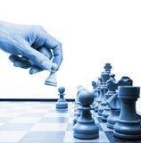 Strategia aziendale della mano di movimento di scacchi Fotografie Stock