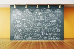 Strategia del business plan sulla lavagna nella stanza vuota con la f di legno Fotografia Stock Libera da Diritti
