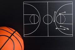 Strategia del gioco di pallacanestro estratta su un bordo di gesso fotografia stock