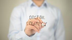 Strategia di Digital, scrittura dell'uomo sullo schermo trasparente Fotografia Stock