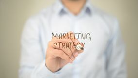 Strategia di marketing, scrittura dell'uomo sullo schermo trasparente Fotografia Stock