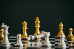 Strategia szachy bitwy inteligenci wyzwania gra na chessboard Fotografia Stock