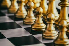 Strategia szachy bitwy inteligenci wyzwania gra na chessboard Zdjęcia Stock