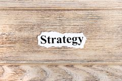 strategia tekst na papierze Słowo strategia na poszarpanym papierze com pojęcia figurki wizerunku odpoczynku dobra trwanie tekst Zdjęcie Stock
