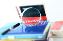 Strategie und Vergrößerungsglas Lizenzfreies Stockfoto