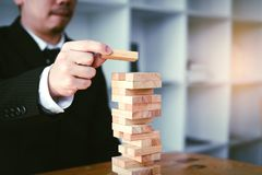 Strategieconcept en hand van sta van zakenman speelhoutsneden royalty-vrije stock foto's