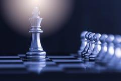 Strategieschachkampf Intelligenz-Herausforderungsspiel auf Schachbrett Lizenzfreies Stockfoto