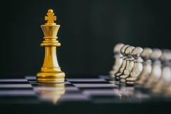 Strategieschachkampf Intelligenz-Herausforderungsspiel auf Schachbrett Lizenzfreies Stockbild