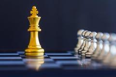 Strategieschachkampf Intelligenz-Herausforderungsspiel auf Schachbrett Lizenzfreie Stockfotografie