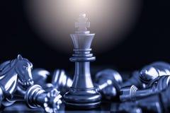 Strategieschachkampf Intelligenz-Herausforderungsspiel auf Schachbrett Stockfoto
