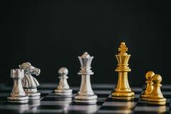 Strategieschachkampf Intelligenz-Herausforderungsspiel auf Schachbrett Stockfotos