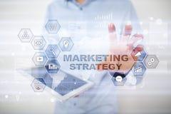 Strategii marketingowej pojęcie na wirtualnym ekranie Interneta, reklamy i technologii cyfrowej pojęcie, 3d kosz ukuwać nazwę wzr Obraz Royalty Free