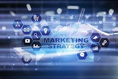 Strategii marketingowej pojęcie na wirtualnym ekranie Interneta, reklamy i technologii cyfrowej pojęcie, 3d kosz ukuwać nazwę wzr Obrazy Stock