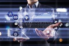 Strategii marketingowej pojęcie na wirtualnym ekranie Interneta, reklamy i technologii cyfrowej pojęcie, 3d kosz ukuwać nazwę wzr Zdjęcia Stock