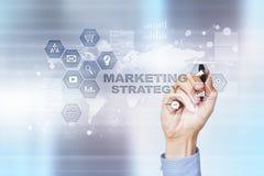 Strategii marketingowej pojęcie na wirtualnym ekranie Interneta, reklamy i technologii cyfrowej pojęcie, 3d kosz ukuwać nazwę wzr Fotografia Stock