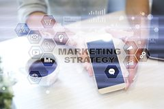 Strategii marketingowej pojęcie na wirtualnym ekranie Interneta, reklamy i technologii cyfrowej pojęcie, 3d kosz ukuwać nazwę wzr Zdjęcia Royalty Free