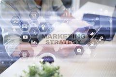Strategii marketingowej pojęcie na wirtualnym ekranie Interneta, reklamy i technologii cyfrowej pojęcie, 3d kosz ukuwać nazwę wzr Zdjęcie Royalty Free