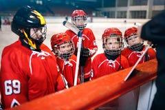 Strategilagledare i modig hockey i is royaltyfri fotografi