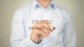 Strategische Partnerschaft, Mann-Schreiben auf transparentem Schirm Stockfotografie