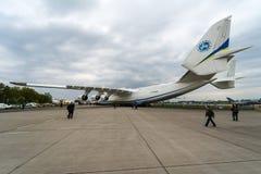 Strategisches airlifter Antonow An-225 Mriya durch Antonov Airlines auf dem Flugplatz Stockfotografie