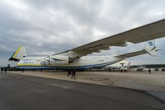 Strategisches airlifter Antonow An-225 Mriya durch Antonov Airlines auf dem Flugplatz Stockfotos