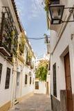 Straten in een wit dorp van Andalucia, zuidelijk Spanje Stock Foto's