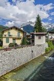 Straten en huizen in de bergstad van Alpien Italiaans Ponte Di Legno gebied Lombaridya Brescia, noordelijk Italië Stock Afbeelding