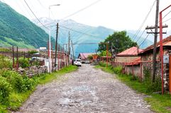 Straten en huizen in Stepantsminda-dorp georgië stock foto