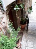 Straten en stegen van de kleine stad van Noord-Italië B royalty-vrije stock afbeelding