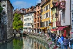 Straten, kanaal en Thiou-rivier in Annecy, Frankrijk Stock Foto