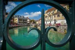 Straten, kanaal en Thiou-rivier in Annecy, Frankrijk Stock Fotografie