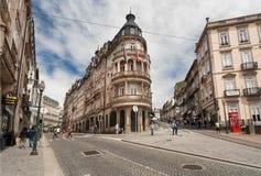 Straten met historische rond gebouwen en voetgangers royalty-vrije stock afbeeldingen