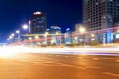 Straten met zwaar verkeer bij nacht Royalty-vrije Stock Afbeelding