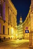 Straten in oude stad van Riga bij nacht royalty-vrije stock afbeelding
