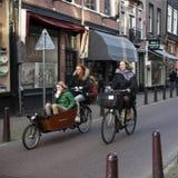 Straten van Amsterdam met fietsen en mensen op 29 Juni 2013 Amsterdam is de hoofd en meest dichtbevolkte stad van Nederland Royalty-vrije Stock Foto