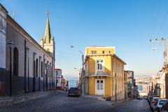 Straten van Cerro Alegre en San Luis Gonzaga Church - Valparaiso, Chili stock foto's