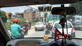 Straten van Katmandu door taxivenster Stock Foto's