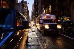 Straten van Manhattan bij nacht Stock Foto