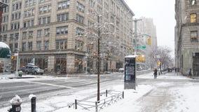 Straten van Manhattan in de sneeuw bij de winter in de Stad van New York, de V.S. stock afbeelding