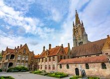 Straten van oude Brugge en Kerk van Onze Dametoren, België royalty-vrije stock afbeelding