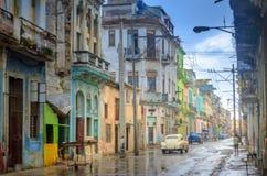 Straten van oude Havanna na de regen, historische kwarten stock afbeeldingen