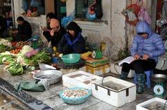 Straten van Vietnam - Vruchten en vissenverkopers op de stoep royalty-vrije stock foto
