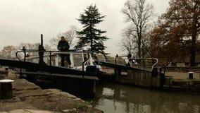Stratford Upon Avon, Regno Unito - 26 novembre 2018 - Narrowboat traversa la grande serratura del canale del sindacato nella citt archivi video