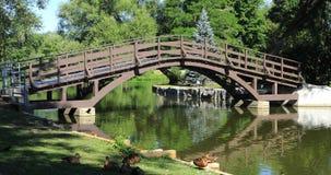 Stratford, Canada, une scène de rivière d'Avon avec le pont 4K banque de vidéos