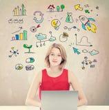 Stratégie commerciale avec la jeune femme avec l'ordinateur portable Image libre de droits