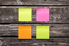 Strati appiccicosi della carta per appunti di colori differenti in bianco Fotografia Stock Libera da Diritti