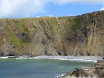 Strati della roccia sedimentaria in scogliere del mare Fotografie Stock Libere da Diritti