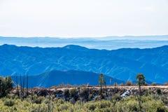 Strati delle montagne della natura e della strada stretta Immagini Stock Libere da Diritti