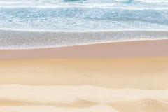 Strati delle onde, sabbia secca ed umida in Almograve Fotografia Stock