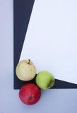Strati di carta con le mele mature Fotografia Stock